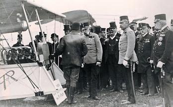 Franz Joseph I. mit dem Piloten einer Etrich-Taube