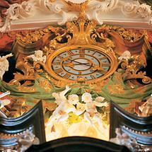 Uhr über dem Orgelprospekt der Stiftskirche