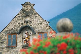 Der hl. Florian im Giebel des Schmiedewerks Sonneck