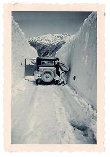 Auto zwischen 3 Meter hohen Schneewächten