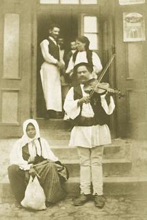 Zigeunermusiker vor einer Schenke