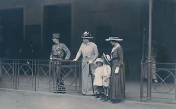 Kaiser Karl mit seiner Frau Zita und zwei seiner Kinder