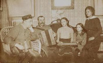 Familie mit Musikinstrumenten