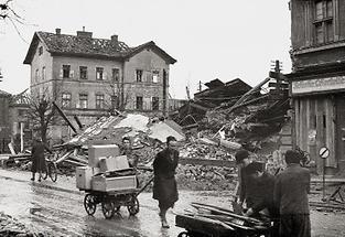Zerstörte Strassen in Wien nach Ende des Krieges
