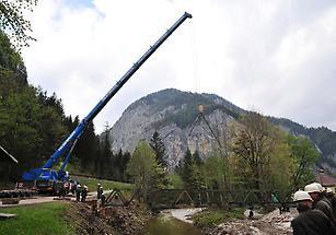 Pioniere errichten eine Bailey Brücke