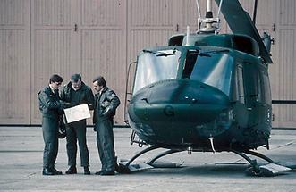 Hubschrauberbesatzung vor dem Flug