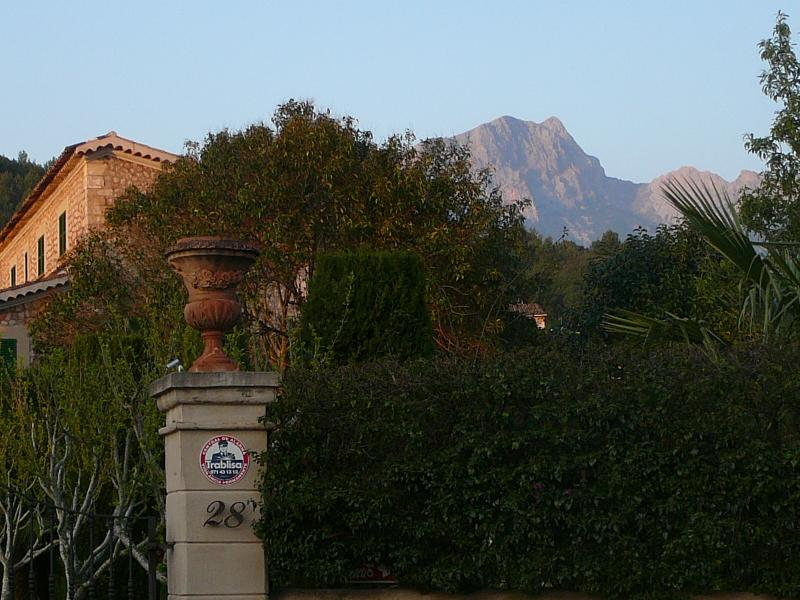 Sóller and mountain ridge, April 2007, Photo: H. Maurer