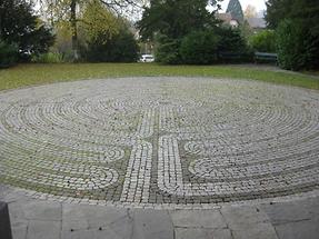 Bubikon - Vorplatz der ref. Kirche - Labyrith