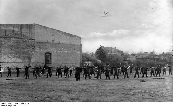 Bundesarchiv_Bild_183-R24090,_Oranienburg,_Konzentrationslager.jpg