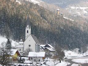 Stallhofner Kirche und Burg Falkenstein im Hintergrund