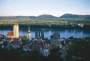 Kirche von Stein a d Donau, Blick auf Stift Göttweig