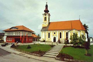Dorf - Kirche mit Gemeindeamt