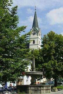 Königswiesen - Kirche mit Brunnen