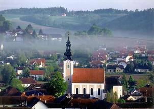Pichl bei Wels - Kirche mit Blick auf den Petersberg