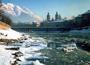 Innsbruck mit Innufer im Winter
