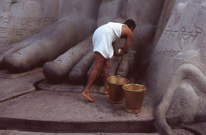 Permanent cleaning belongs to the tasks of the temple servants