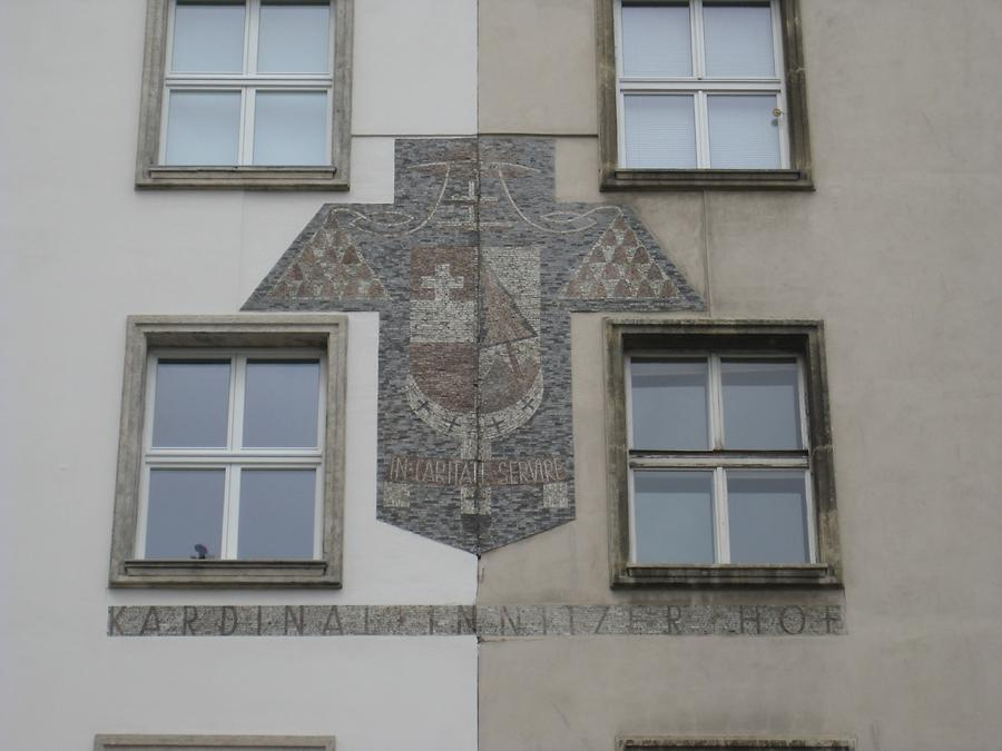 Mosaikwappen mit Kardinal Innitzers Wahlspruch 'In caritate servire'
