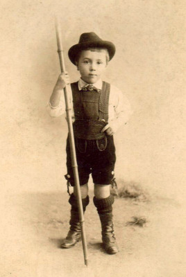 Bub in Tracht mit Wanderstock, © IMAGNO/Austrian Archives