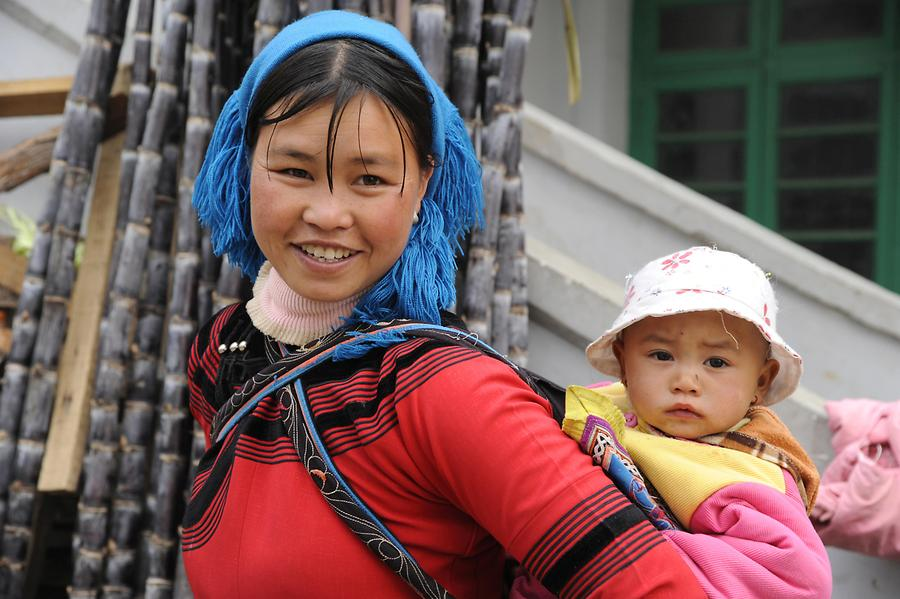 Duoyishu - Market, Hani Woman with Child
