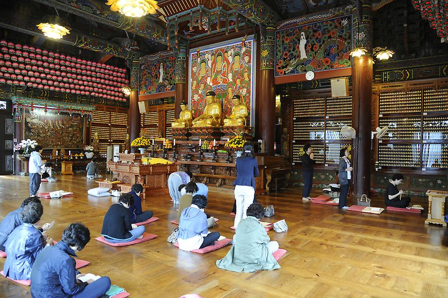 Inside Bong eun temple (3)