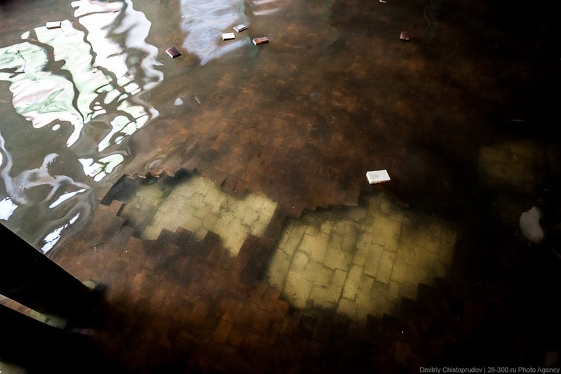 Pieces of parquet in the flooded restaurant, © AirPano