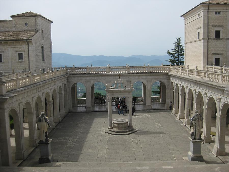 Cassino - Abbey of Monte Cassino, Second Cloister