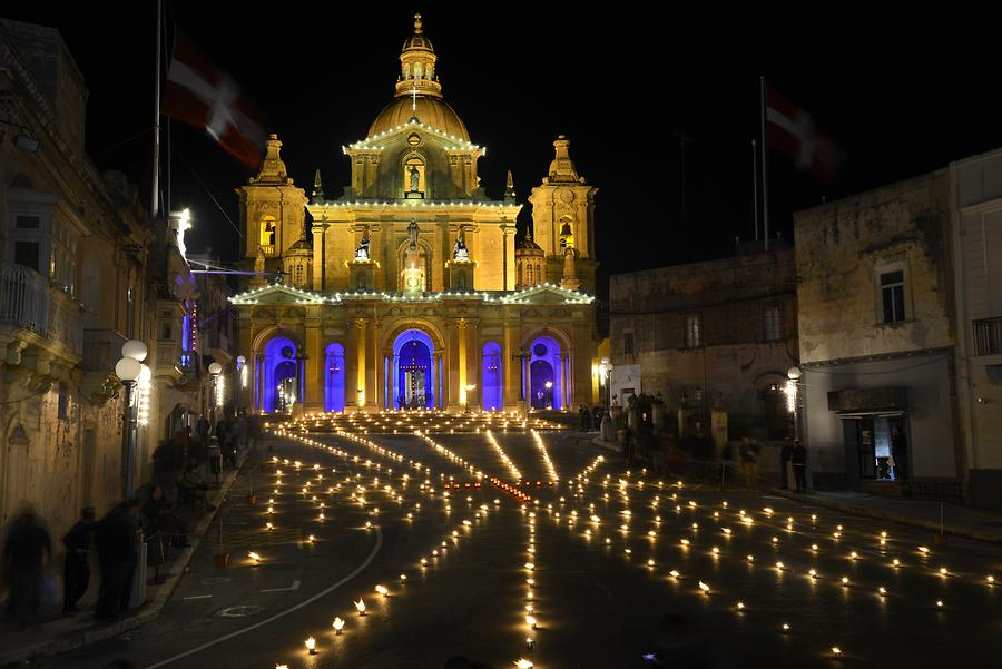 Siġġiewi - Church; Torches