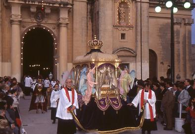 The end of the procession: priests accompany Christ laid out.