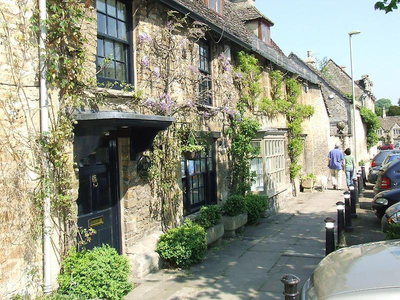 Wisteria-bedecked cottage, Burford