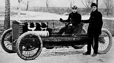 1902: Barney Oldfield am Steuer des Ford 999, neben ihm steht Henry Ford. (Foto: Public Domain)