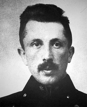 Oberleutnant Adolf Hofrichter auf einem Schaufoto im Wiener Kriminalmuseum, © Wiener Zeitung