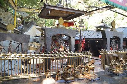 Behind the barrier with numerous lamps the actual sacral area is situated. It can only be entered by Hindu pilgrims. The big trident is the symbol of Shiva, the husband of Kali